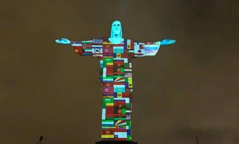 Cristo Redentor é iluminado com bandeiras de países afetados pelo Covid-19