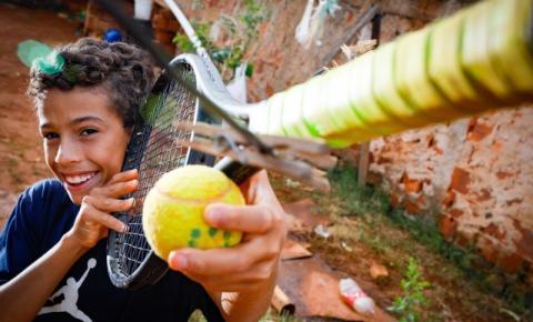 Pablo, jovem tenista, enfrenta dificuldades para estudar