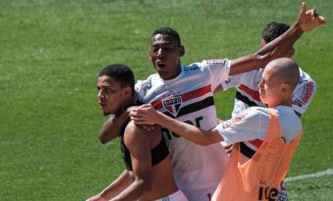 Com gols de Hernanes e Brenner, São Paulo vence o Corinthians