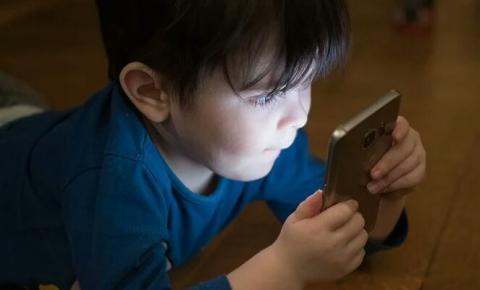 Como o uso da internet pode influenciar crianças durante a infância