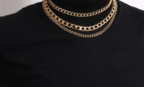 Colares de correntes é nova tendência de acessório do mundo da moda