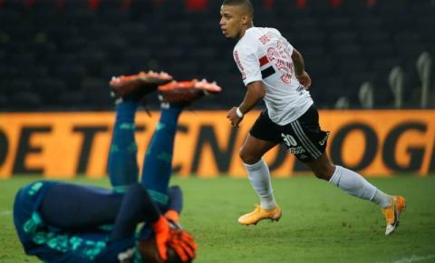 Na estreia de Rogério Ceni, Hugo falha, São Paulo vence e larga na frente no jogo de ida