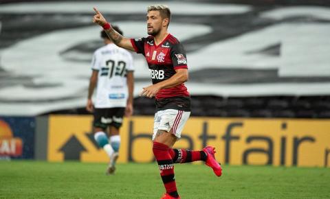 Lembrando atuações de 2019, Flamengo bate o Coritiba no Maracanã e dorme na liderança