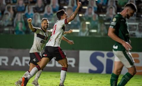 Flamengo volta a vencer, se mantém na briga pelo título e afunda o Goiás no Z-4 do Brasileirão