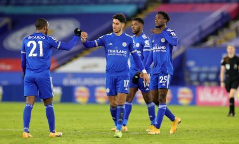 Leicester vence o Chelsea e dorme na liderança da Premier League