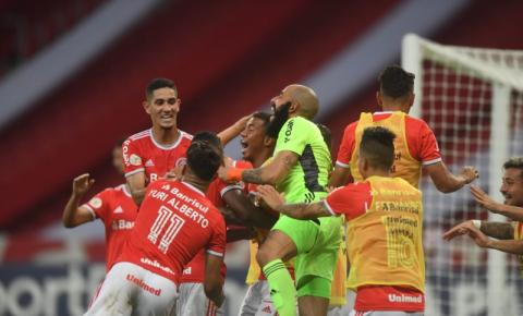 Internacional vence o RB Bragantino e segue na liderança isolada do Brasileirão