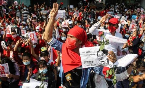 Após 10 anos de período democrático, Mianmar volta a sofrer golpe militar e população protesta