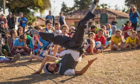 Artistas circenses fazem malabarismo para driblar a pandemia