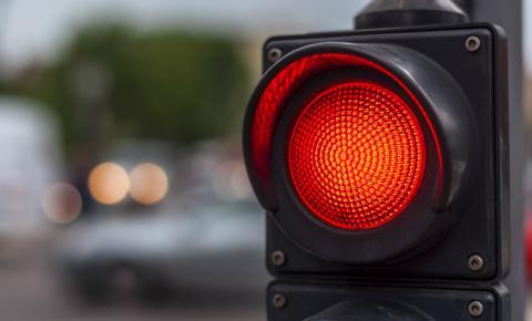 Quando um sinal vermelho interrompe sonhos.