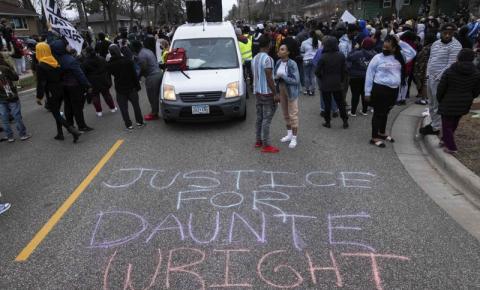 Após morte de jovem negro, manifestantes entram em confronto com a polícia nos EUA