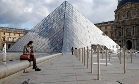 Museu do Louvre a um toque de distância