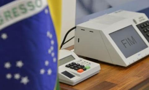 Urnas eletrônicas completam 25 anos e reivindicações por voto impresso crescem no Brasil