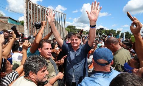 Ignorando a pandemia, Bolsonaro segue participando de eventos que causam aglomerações