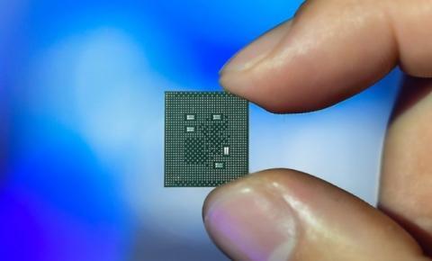 Entenda porque a crise dos chips semicondutores têm impactado empresas como a Apple e a Volkswagen