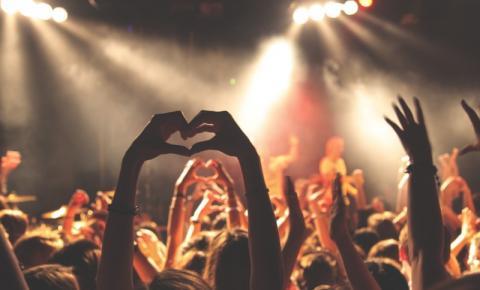 Uma extensão do coração: o amor por obras e por pessoas transforma a vida dos fãs