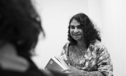 Entrevista: Conheça Nadia Ghulam, a afegã que viveu 10 anos disfarçada de menino para trabalhar durante a primeira ocupação Talibã