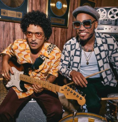 Bruno Mars retorna em grande estilo com nova banda Silk Sonic